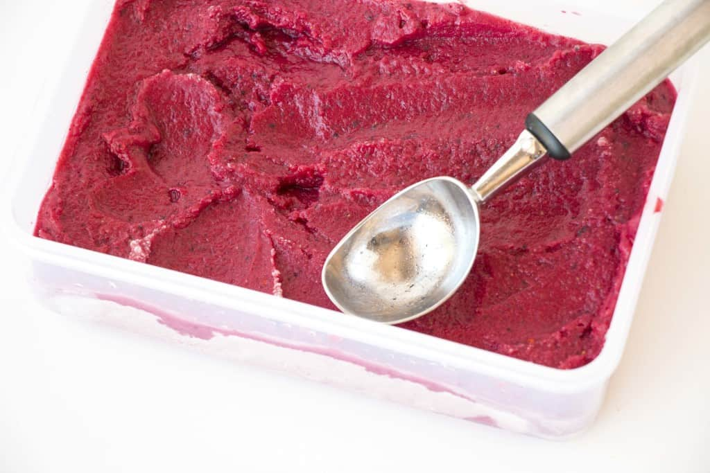 Healthy Vegan Berry Frozen Yoghurt - A healthy and delicious recipe that takes less than 10min to make.