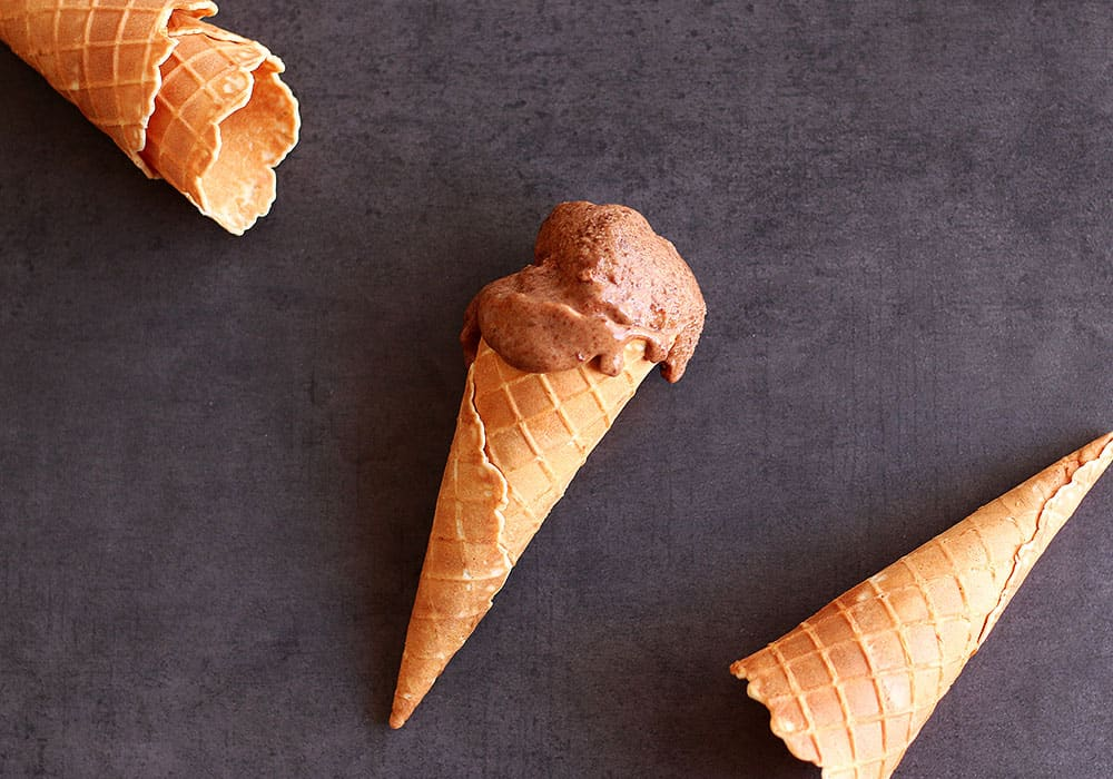 5min Chocolate Nice Cream - A delicious dairy free and sugar ice cream recipe that you can whip up in 5min. Vegan and gluten free, but still creamy and delicious.